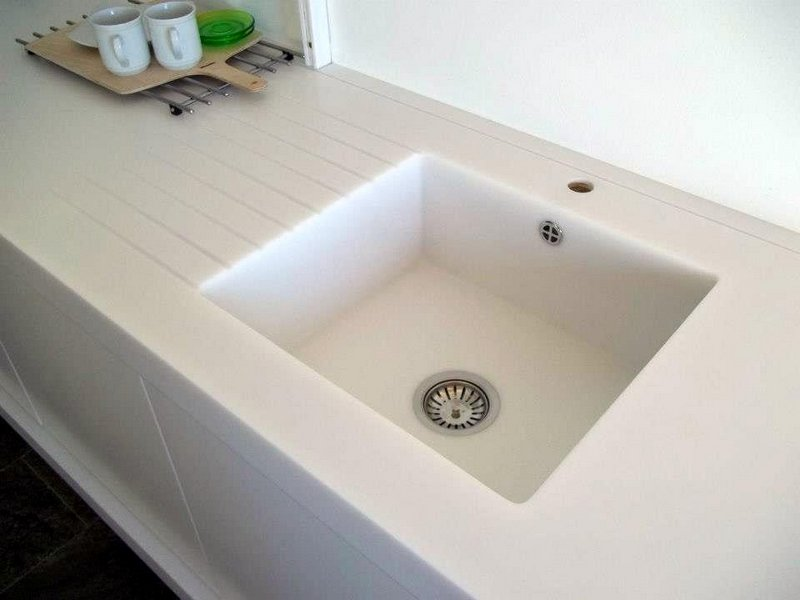 Bílá ohýbaná pracovní deska adřez - umělý kámen LG Hi-Macs