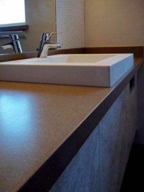 Bílá umyvadlová deska, umyvadlo aobklad stěn - umělý kámen Swanstone