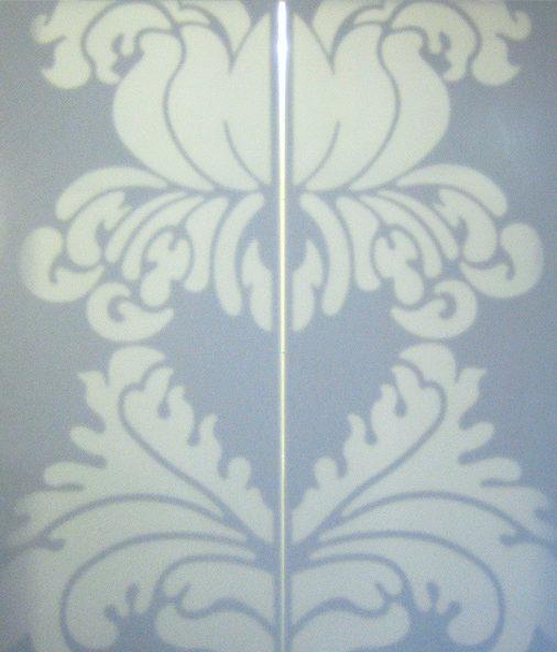 Bílé posuvné dveře se světelným ornamentem - umělý kámen LG Hi-Macs