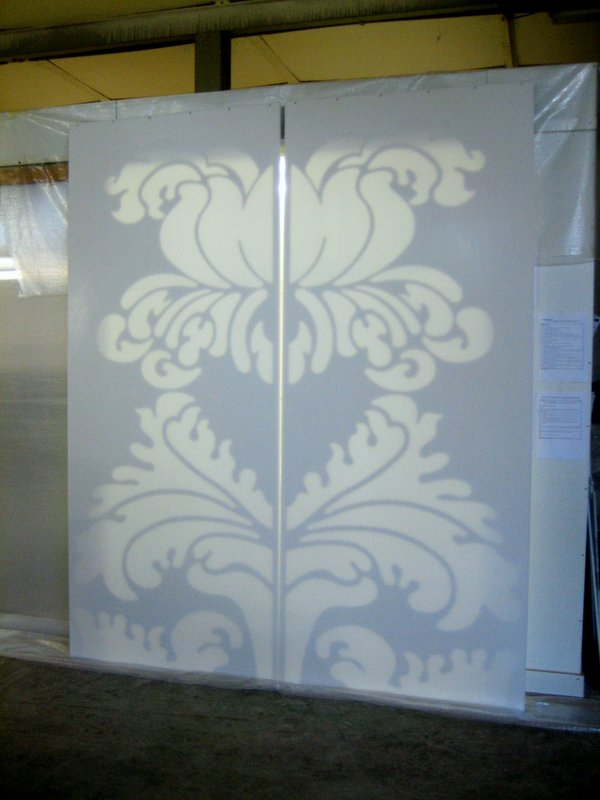 Bílé posuvné dveře sornamentem - umělý kámen LG Hi-Macs