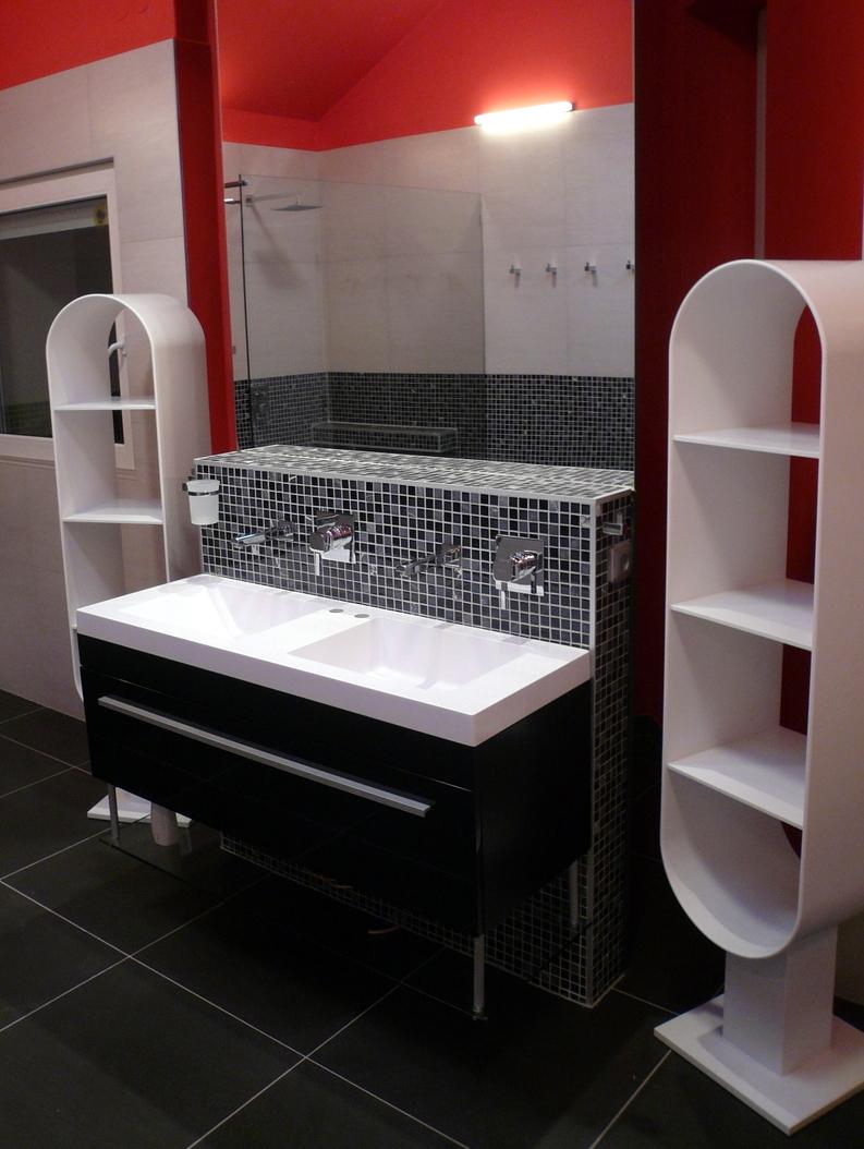 Bílý koupelnový stojan naručníky - umělý kámen LG Hi-Macs