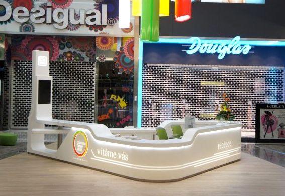 Trojhranný recepční pult spracovní deskou - bílý tvarovaný umělý kámen LG Hi-Macs