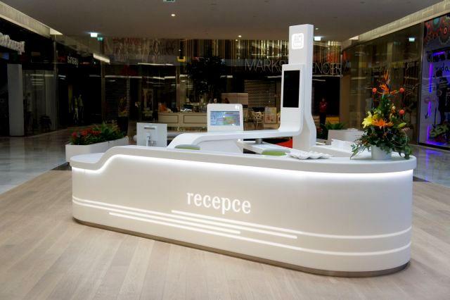 Trojhranný recepční pult spracovní deskou - tvarovaný umělý kámen LG Hi-Macs
