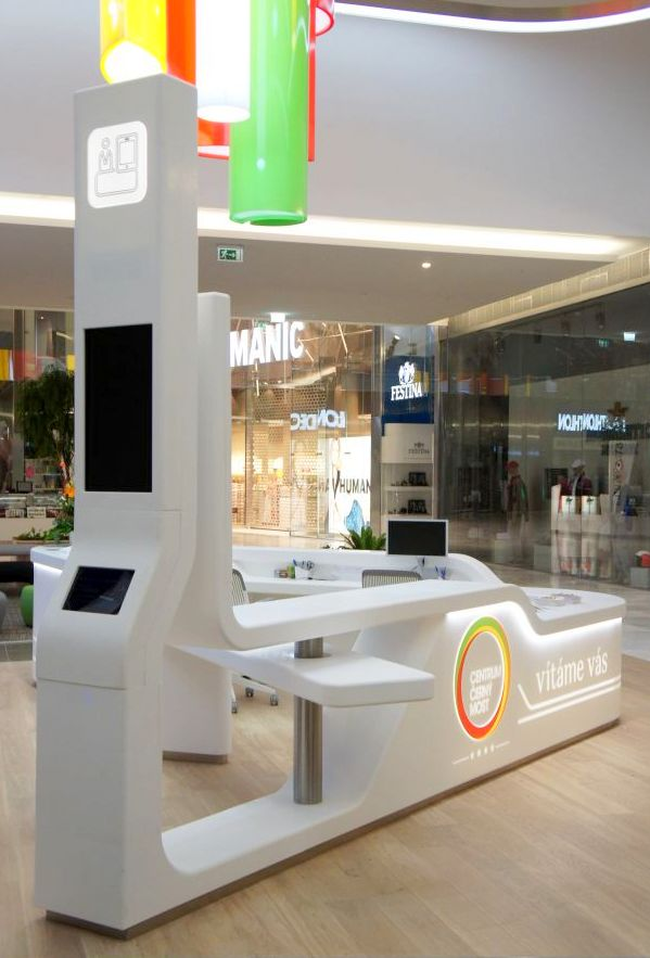 Bílý trojhranný recepční pult spracovní deskou - tvarovaný umělý kámen LG Hi-Macs