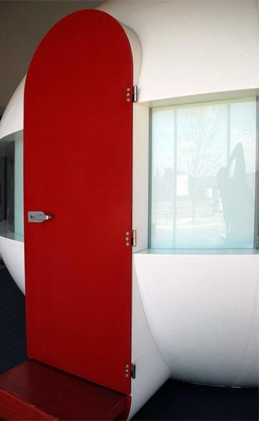 Červené dveře vUniverzitním kampusu Brno - umělý kámen LG Hi-Macs