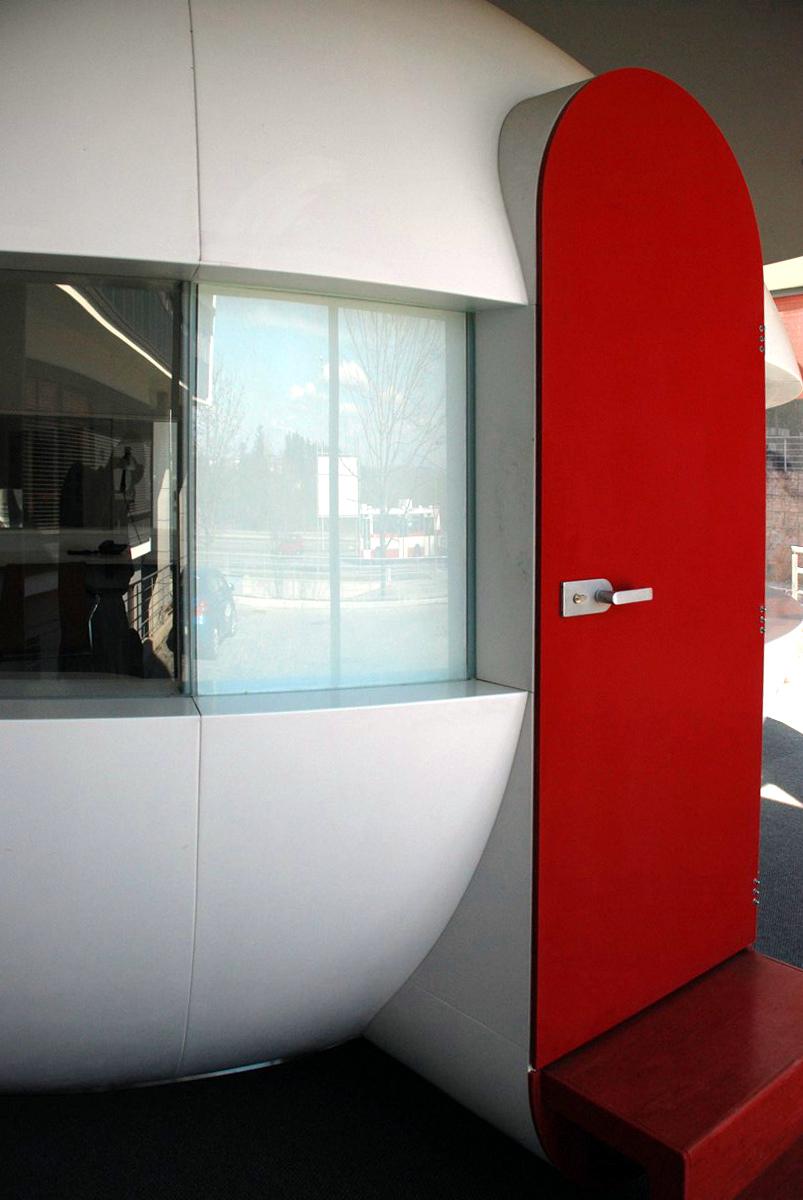 Červené dveře - umělý kámen LG Hi-Macs