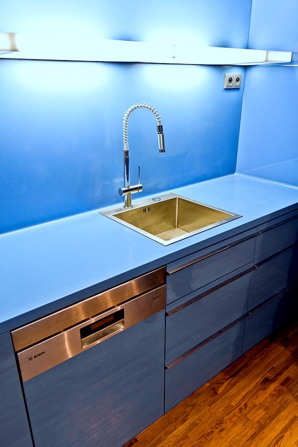 Modrá kuchyňská pracovní deska zumělého kamene Corian