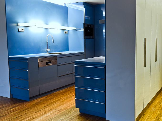 Modrá kuchyňská linka zumělého kamene