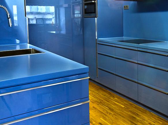 Modrá kuchyňská linka - umělý kámen Corian