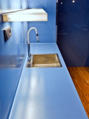 Modrá kuchyňská deska zumělého kamene Corian