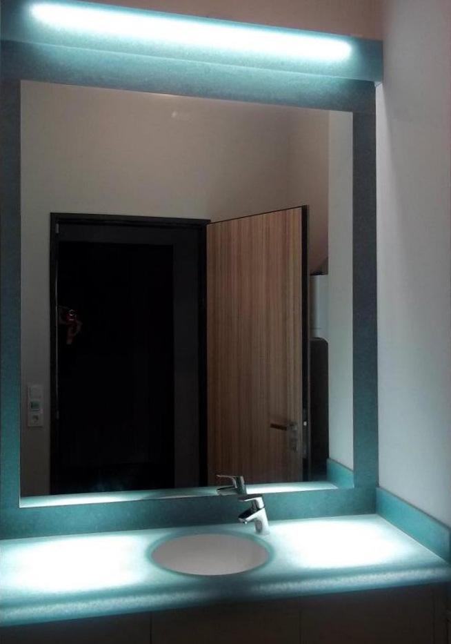Modrá podsvícená umyvadlová deska, umyvadlo, dvířka azrcadlový rám - umělý kámen Avonite aLyric
