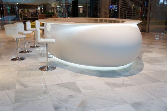 Oválný barový pult - tvarovaný umělý kámen LG Hi-Macs