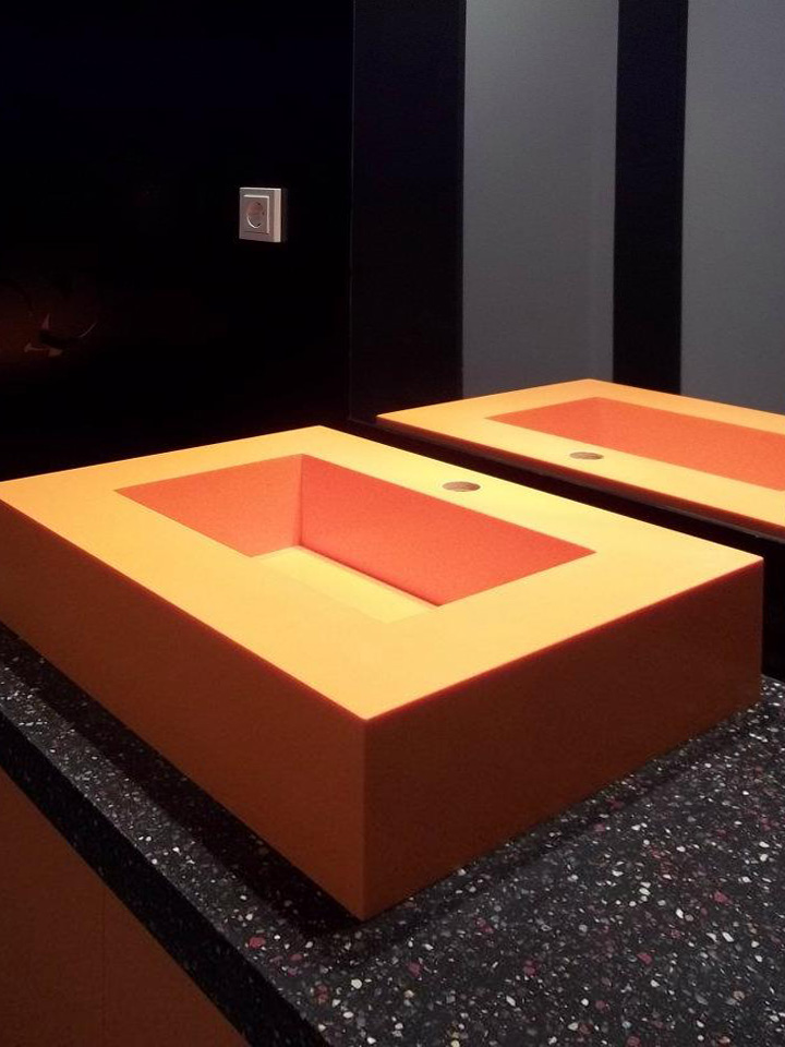 Oranžové umyvadlo aumyvadlová deska včetně obkladu stěny - umělý kámen Swanstone