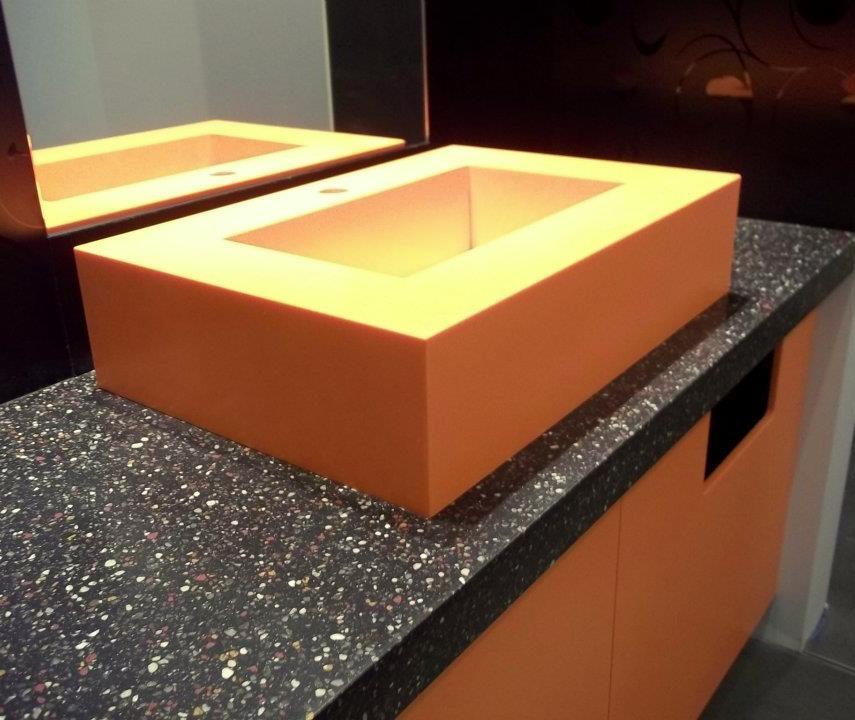 Oranžové umyvadlo aumyvadlová deska - umělý kámen Swanstone