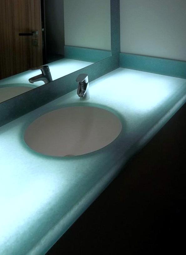Podsvícená modrá umyvadlová deska, umyvadlo, dvířka azrcadlový rám - umělý kámen Avonite aLyric