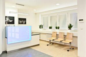 Podsvícený recepční pult pro zdravotnické zařízení - umělý kámen LG Hi-Macs