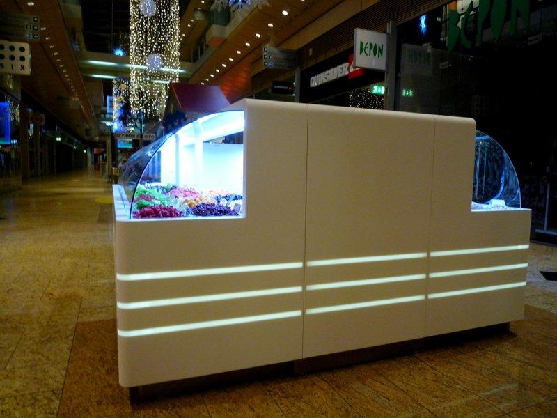 Prodejní kiosek - umělý kámen LG Hi-Macs sprosvětleným logem