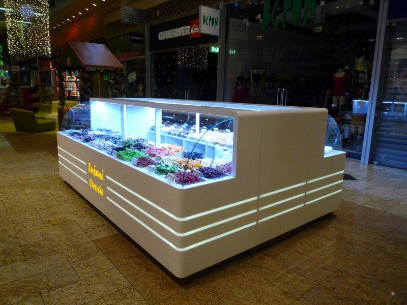 Prodejní kiosek ovoce - umělý kámen LG Hi-Macs sprosvětleným logem