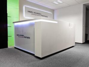 Bílý recepční pult - umělý kámen LG Hi-Macs
