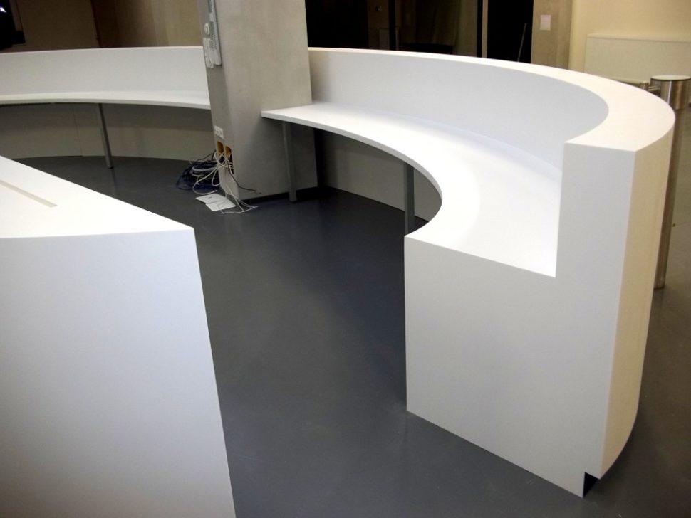 Atypický oválný recepční pult - tvarovaný umělý kámen LG Hi-Macs
